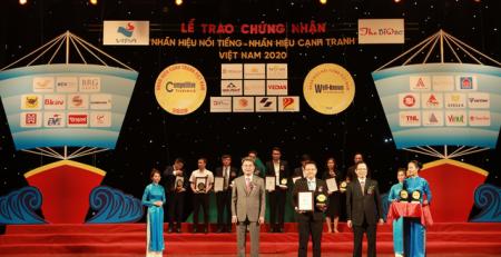 Đại diện Công ty Ông Hà Nguyễn Thương Bảo PTGĐ nhận chứng nhận Nhãn hiệu Nổi tiếng Việt Nam 2020